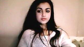 جميلة في سن المراهقة العربية في سراويل وردية