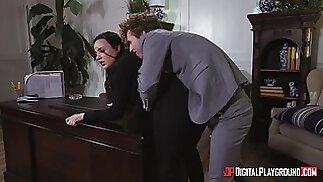 مكتب سخيف على الطاولة مع امرأة سمراء سكرتيرة دانا ديرموند